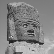 Atlante (head) on top of Piramide B in Tula (20-11-03)